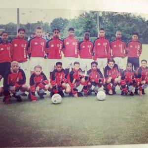 Jeugdfoto van Mo Hersi op het voetbalveld met zijn team