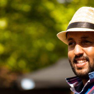 Portret van Mo Hersi met hoed op