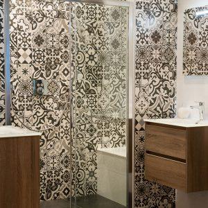 Sfeerbeeld van badkamer met douchecabine en tegels met modern bloemmotief