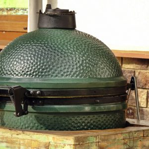 Close-up van een groene Kamado barbecue