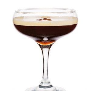 Foto van een donkerbruine cocktail in glas met koffiebonen garnering