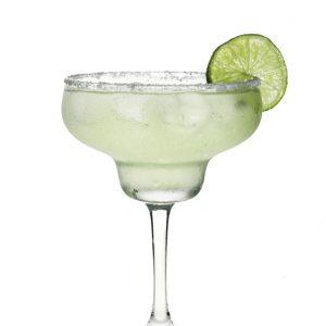 Foto van een groene cocktail in glas met een limoen op de rand