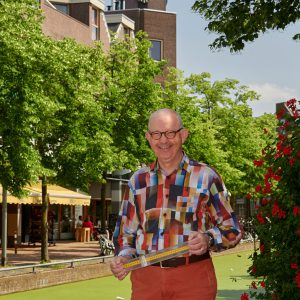 Foto van een lachende man in het centrum