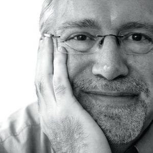 Close-up zwart-wit van een man met baard en bril