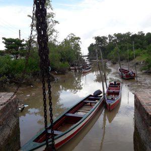 Sfeerbeeld van een rivier met aangemeerde bootjes
