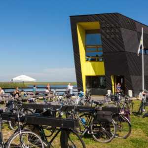 Foto van een modern gebouw aan een recreatieplas